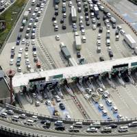 Traffic congestion is seen at the Meishin Expressway's Suita interchange in Osaka Prefecture. The government plans to launch unlimited expressway passes for foreign tourists driving on many expressways across the country. | KYODO