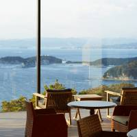 Guests can enjoy a panoramic view of the Pacific Ocean that extends as far as Shikoku Prefecture at INFINITO's Pacific Cafe Lounge.