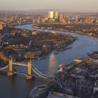 Grammar tips: Introducing the River Thames, the Globe-Trotter Travel Guidebook London 2017-2018 (Diamond Inc.) uses taigendome, a common structure in Japanese in which a heavily modified noun ends the sentence. | ISTOCK