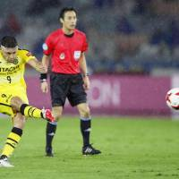 Kashiwa Reysol's Cristiano scores on a free kick in the 88th minute against Yokohama F. Marinos on Saurday night at Nissan Stadium. The match ended in a 1-1 draw. | KYODO