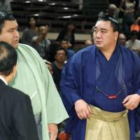 Harumafuji seeks title as top rivals sit out Autumn Basho