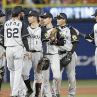 BayStars blow late lead in tie with Tigers