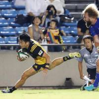 Takaaki Nakazuru scores a try in the 17th minute on Saturday in Suntory's 36-11 victory over NTT Communications at Prince Chichibu Memorial Rugby Ground. | KYODO