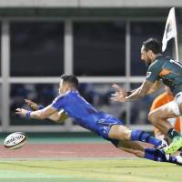 Panasonic Wild Knights' Akihito Yamada (left) had three tries against Toyota Verblitz on Saturday in the Top League. Panasonic won 43-16 at Kumagaya Sports Stadium. | KYODO