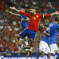 Spain blows by Italy to move closer to berth at World Cup