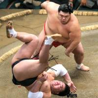 Onosho slaps down Harumafuji on Wednesday, improving to 5-0 at the Autumn Grand Sumo Tournament. | KYODO