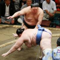 Ozeki Goeido takes sole lead at Autumn sumo tournament