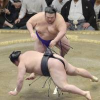 Takakeisho sends Goeido sprawling to the ground on Friday at the Autumn Grand Sumo Tournament. Takakeisho improved to 8-5, while Goeido maintained his top spot with a 10-3 record. | KYODO