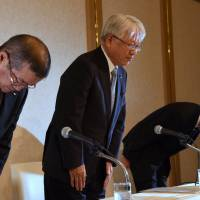 Kobe Steel Chairman and President Hiroya Kawasaki (center) and other company executives bow in apology over a widening scandal involving its products during a news conference in Tokyo on Friday. | SATOKO KAWASAKI