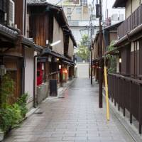 Kyoto and other popular tourist destinations are considering their own rules for minpaku services. | ISTOCK