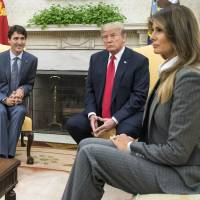 U.S. President Donald Trump and first lady Melania Trump meet with Justin Trudeau (left), Canada's prime minister, in the Oval Office of the White House in Washington on Wednesday. Trump renewed his threat to walk away from the North American Free Trade Agreement just as Trudeau arrived Tuesday on the eve of a new round of negotiations. | BLOOMBERG