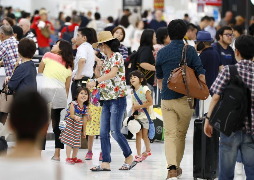 Tourists return to Narita International Airport from overseas in August. The Japan Tourism Agency plans to tighten regulations for travel agencies to protect tourists in the wake of Tellmeclub's bankruptcy in March. | KYODO