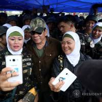 Philippine President Rodrigo Duterte poses for a picture with female soldiers during his visit at Bangolo town in Marawi city on Tuesday. | MALACANANG PRESIDENTIAL PALACE / VIA REUTERS