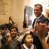 Los Angeles Mayor Eric Garcetti teaches children what to do in the event of an earthquake during the annual California ShakeOut in Los Angeles Thursday. | REUTERS