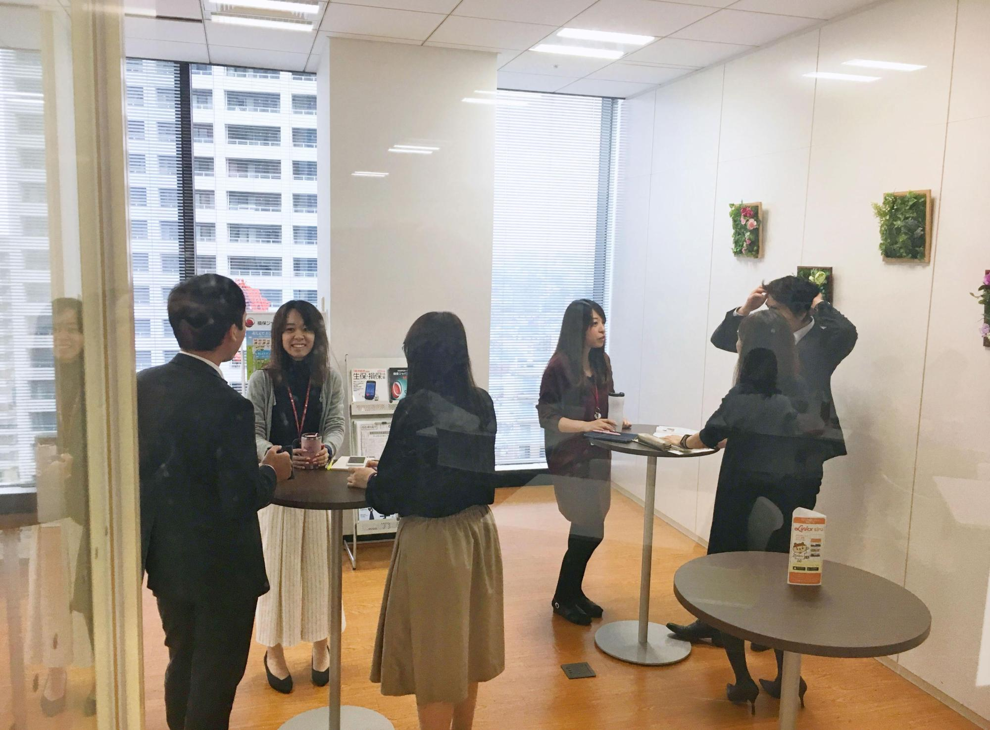 Employees of Sompo Japan Nippon Kowa Himawari Life Insurance Inc. chat Oct. 19 in a lounge that was converted from a smoking room in line with the company's smoking ban at all of its business outlets. | KYODO