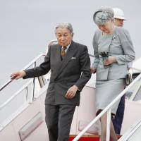Emperor Akihito and Empress Michiko arrive at Haneda airport on Oct. 1 after their visit to Ehime Prefecture.   KYODO