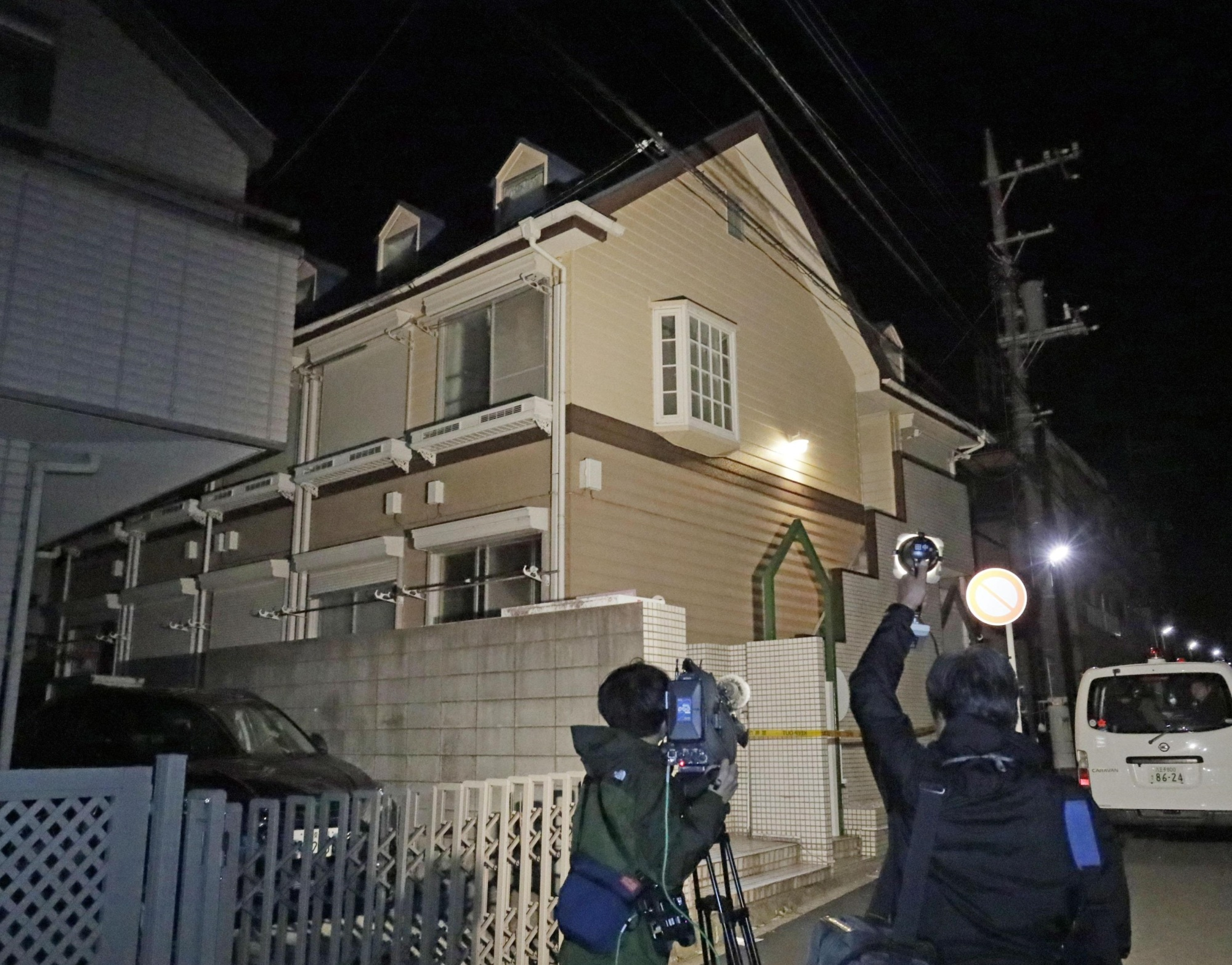 The apartment of a man in his 20s in Zama, Kanagawa Prefecture, where two severed heads have been found, is seen on Tuesday morning. | KYODO