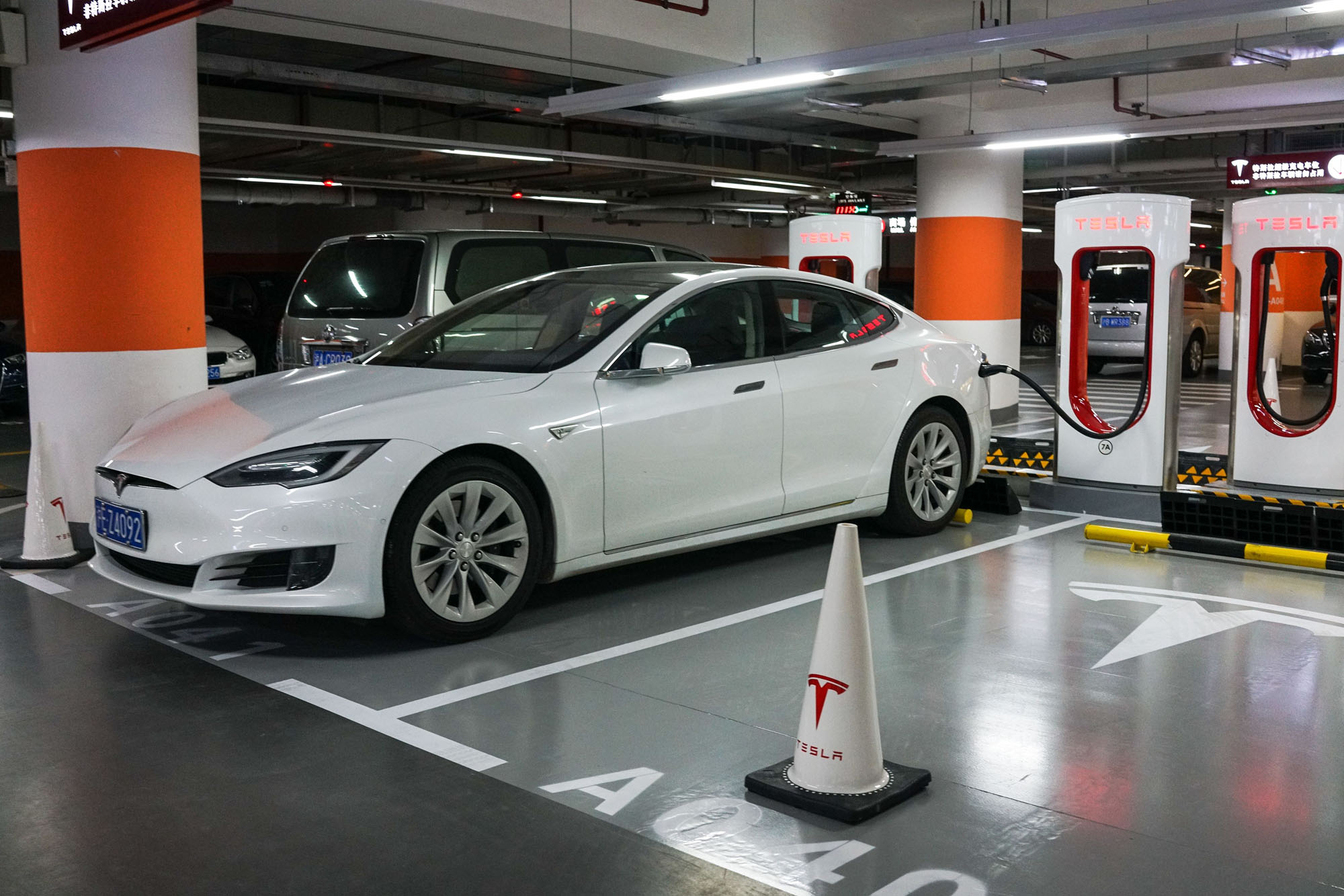 A Tesla car recharges at a Shanghai mall on Monday.  Tesla has reached an agreement with Shanghai authorities that would make it the first foreign automaker to build its own plant in China, putting the U.S. firm in the driver's seat in the world's biggest electric-vehicle market. | AFP-JIJI