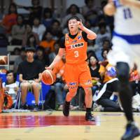 Niigata Albirex BB point guard Shunki Hatakeyma directs his team's offense in the second quarter against the visiting Shimane Susanoo Magic on Sunday. Niigata won 87-55 to improve to 2-0 in the new season. | B. LEAGUE