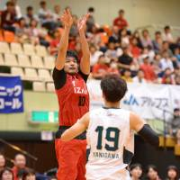 Toyama's Yu Okada, seen taking a fourth-quarter jump shot, scored a team-high 15 points in the Grouses' 72-68 victory over the visiting Nishinomiya Storks on Saturday. | B. LEAGUE