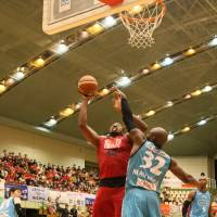 Toyama's Dexter Pittman, a former NBA center, puts up a shot in the fourth quarter as Kyoto's Julian Mavunga defends. The Grouses defeated the visiting Hannaryz 93-92. | B. LEAGUE