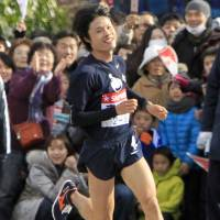 Ryuji Kashiwabara runs the fifth leg of the first half of the 2012 Tokyo-Hakone ekiden on Jan. 2, 2012. He starred in race for four years, earning the nickname 'God of the Mountain.' | KYODO