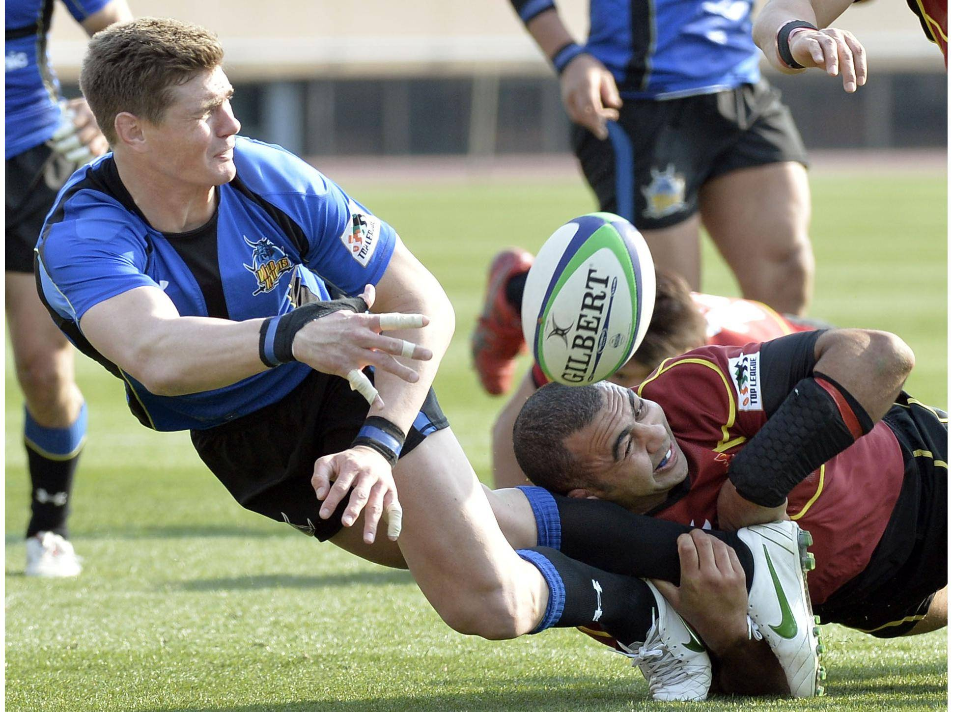 Panasonic's Berrick Barnes (left), seen in a file photo from March 2014, is scheduled to play for a World XV team against the Brave Blossoms on Saturday in Fukuoka. | KYODO