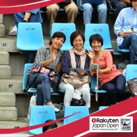 Fans pose for a BriziCam photo at the Japan Open at Ariake Coliseum on Monday. The picture was chosen as the day's 'best shared photo contest.' | BRIZI INC.