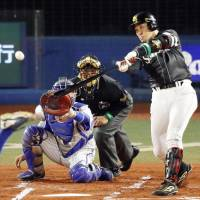 The BayStars' Seiichi Uchikawa drives in a run in the first inning in Games 3 of the Japan Series. | KYODO