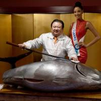 Miss International Beauty Pageant contestant Miss Panama Darelys Santos poses with Kiyoshi Kimura, president of sushi restaurant chain Sushi-Zanmai, and a 250-kg bluefin tuna, at his main restaurant near the Tsukiji fish market in Tokyo on Sunday. | AFP-JIJI