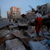 Strong earthquake in Iran-Iraq border area kills hundreds
