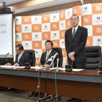 Shimane University President Yasunao Hattori (second from right) discusses a project to develop a dementia diagnosis system that uses artificial intelligence, at a news conference in Matsue, Shimane Prefecture, on Monday. | KYODO
