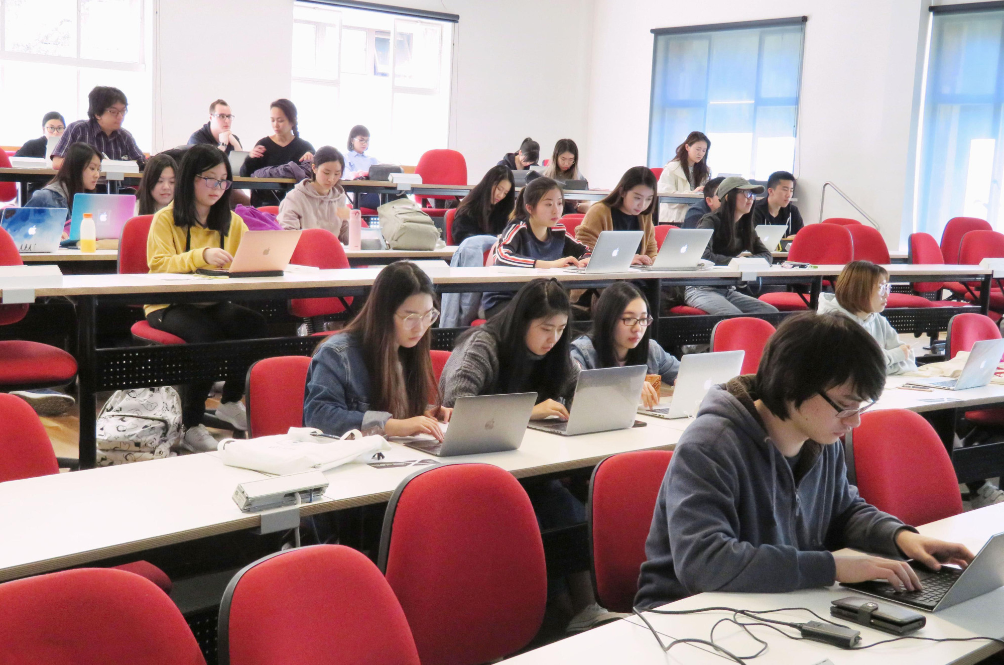 Students attend a Japanese language class at the University of Melbourne on Oct. 3. Since it was first offered, Japanese has been the most popular language taught at the university, with a record 1,634 students currently enrolled. | KYODO
