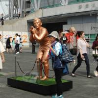 Female rugby fans visit Shizuoka Stadium in Fukuroi, Shizuoka Prefecture, which has a statue of fullback Ayumu Goromaru, a member of the national rugby team and the 2015 Rugby World Cup hero. | CHUNICHI SHIMBUN