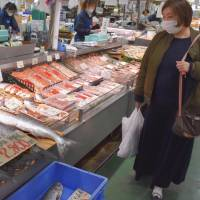 Poor catches inflate salmon and saury prices ahead of year-end holidays