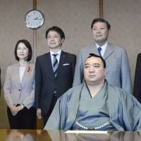 Sumo grand champion Harumafuji (right) poses for a photo when he visited the Fukuoka Prefectural Government on Oct. 31 with another wrestler Kisenosato(left). Police started investigation Wednesday into Harumafuji's alleged assault against fellow Mongolian wrestler Takanoiwa late last month. | KYODO