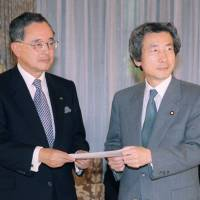 Orix Corp. Chairman Yoshihiko Miyauchi poses with then-Prime Minister Junichiro Koizumi, at the start of a meeting of a new advisory panel on deregulation in May 2001. Miyauchi was appointed to head the panel. | KYODO