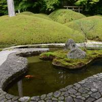 A rolling stone gathers no moss: Mirei Shigemori's pond garden at Fukuchi-in. | STEPHEN MANSFIELD