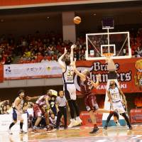 Brex forward Ryan Rossiter makes a dramatic game-winning 3-pointer with about 2 seconds to play in Saturday's series opener against the host Brave Thunders in Hiratsuka, Kanagawa Prefecture. Tochigi beat Kawasaki 86-85. | B. LEAGUE