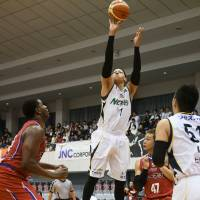 Gunma's Thomas Kennedy shoots the ball in the first quarter on Friday against Kumamoto. Kennedy scored a team-high 22 points. | B. LEAGUE