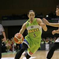 Levanga shooting guard Zen Maki dribbles the ball in the second quarter against the Sunrockers on Tuesday night in Sapporo. | B. LEAGUE
