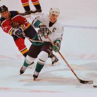 Paul Kariya (right), seen here playing for the Anaheim Ducks in 1997, scored 989 points in his long NHL career. | KYODO