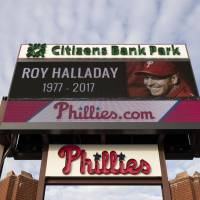 Former pitcher Roy Halladay flew airplane low before crash, witnesses say
