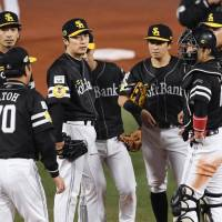 The Hawks come together during the fifth inning of their 6-0 defeat to the BayStars in Game 4 of the Japan Series on Wednesday. | KYODO