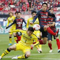 Kashiwa Reysol's Jiro Kamata (left) and Kashima Antlers' Gen Shoji compete for the ball during their 0-0 draw on Sunday. | KYODO