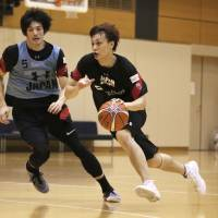 Toyama's Naoki Uto (right) currently leads the B. League in assists and is seventh in the scoring chart. | KAZ NAGATSUKA
