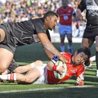 Veteran Fumiaki Tanaka, seen scoring a try for the Sunwolves in a February exhibition match against the Top League All-Stars, will start for Japan at scrumhalf on Saturday against Tonga in France. | KYODO