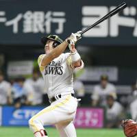 The Hawks' Seiichi Uchikawa hits a game-tying homer in the ninth. | KYODO