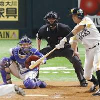 The Hawks' Keizo Kawashima hits a walk-off single in the 11th inning on Saturday. | KYODO
