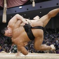 Hakuho seizes sole lead after sixth day in Fukuoka